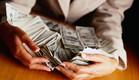 אישה בחליפה גורפת כסף (צילום: אימג'בנק / Thinkstock)