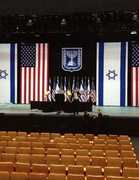 בבנייני האומה נערכים לנאום (צילום: עודד בינו)