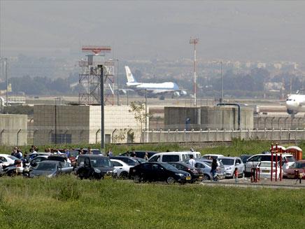הספוטרים מחכים למטוס, מחוץ לנתב