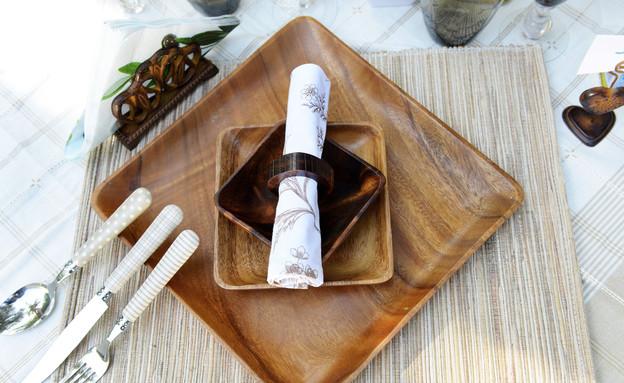 שולחן פסח, אדמה צלחות (צילום: יואב ז'אק)