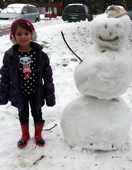 עלמה ליד בובת שלג (צילום: תומר ושחר צלמים)