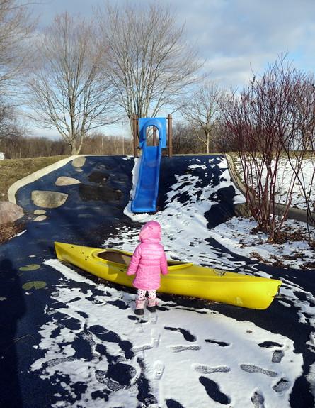 גן שעשועים קפוא במישיגן וסירה באמצע (צילום: תומר ושחר צלמים)