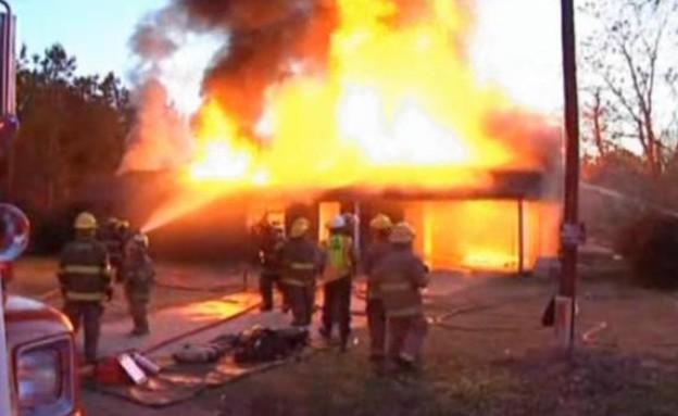נחש שרף את ביתה