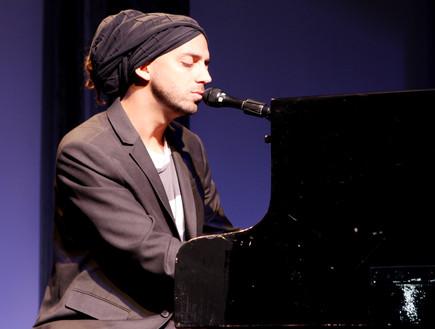 עידן רייכל והפסנתר באירוע השקה (צילום: אורית פניני)