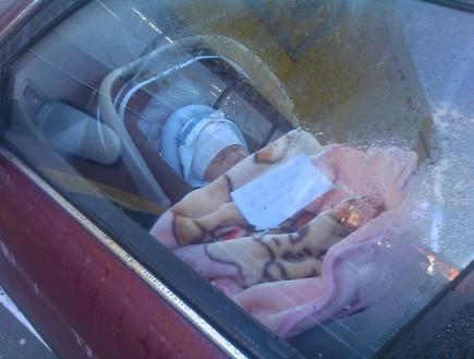 תינוקת נעולה ברכב עם פתק
