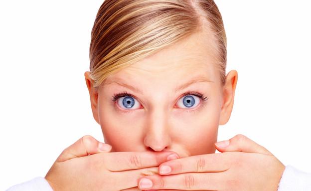 אישה עם יד על הפה (צילום: אימג'בנק / Thinkstock)