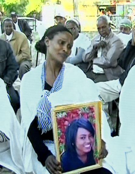 אמה של זהבה עם תמונת בתה (צילום: חדשות 2)