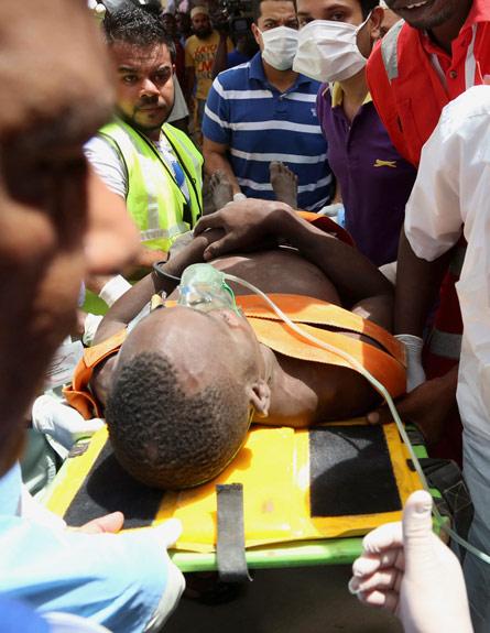 חילוץ הפצועים (צילום: רויטרס)