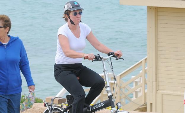 ציפי ליבני מדוושת על אופניים, אפריל 2013 (צילום: רועי קסטרו)