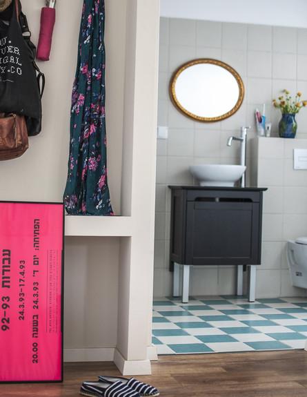 דירה תל אביב, חדר רחצה כניסה (צילום: סיון אסקיו)
