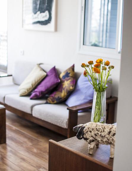 דירה תל אביב, ספה ופסל (צילום: סיון אסקיו)