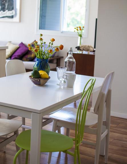 דירה תל אביב, פינת אוכל כסאות (צילום: סיון אסקיו)