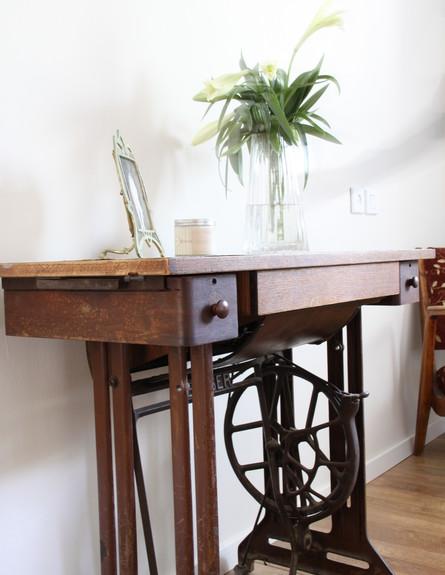 דירה תל אביב, שולחן מכונת תפירה (צילום: סיון אסקיו)