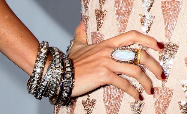 צמידים, טבעת גדולה ולק בורדו (צילום: David Livingston, GettyImages IL)