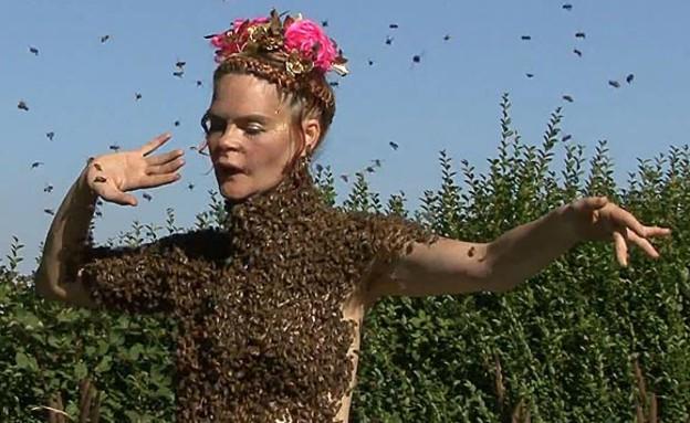 רוקדת עם דבורים