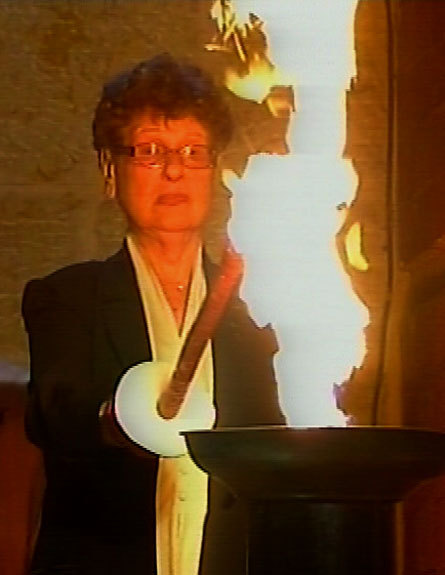 האלמנה הדליקה את המשואה. צפו (צילום: חדשות 2)