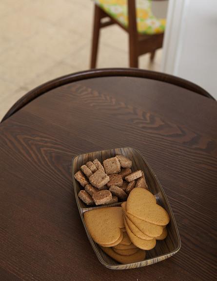 דנה תל אביב, מדפים שולחן עגול (צילום: הגר דופלט)