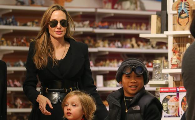 אנג'לינה ג'ולי והבנים (צילום: Santi / Splash News, Splash news)