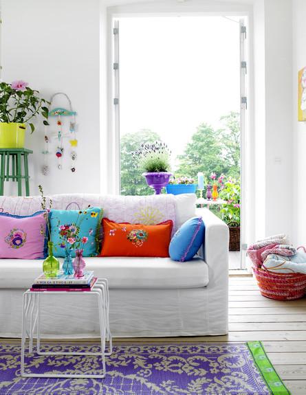www.decor8.comסלון קיצי, כריות צבעוניות