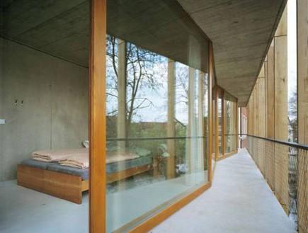 הוסטלים, בזל חדר שינה דלת (צילום: www.imgspark.com)