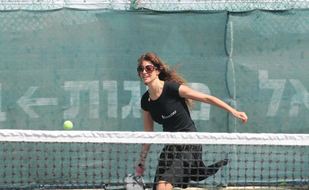 שירלי בוגנים משחקת טניס (צילום: רועי קסטרו)