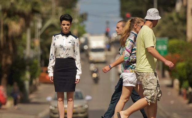 דנה רון באמצע כביש סואן צילום רועי ברקוביץ (צילום: רועי ברקוביץ)
