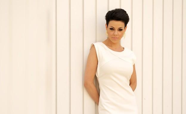 דנה רון על רקע הקיר הלבן צילום רועי ברקוביץ (צילום: רועי ברקוביץ)