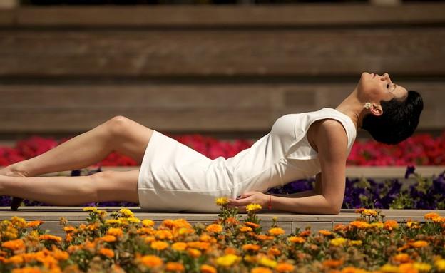 דנה רון שוכבת באמצע הגינה צילום רועי ברקוביץ (צילום: רועי ברקוביץ)