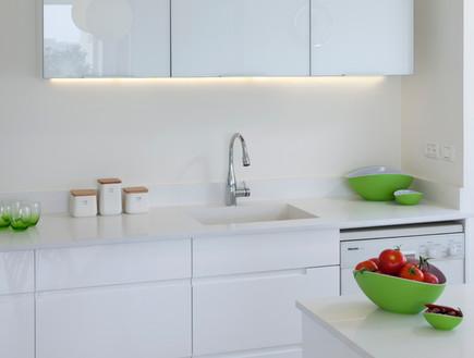 דירה בשיכון, מטבח לבן (צילום: שי אפשטיין)