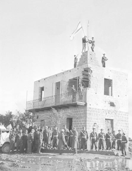 הנפת הדגל מעל משטרת פאלוג'ה