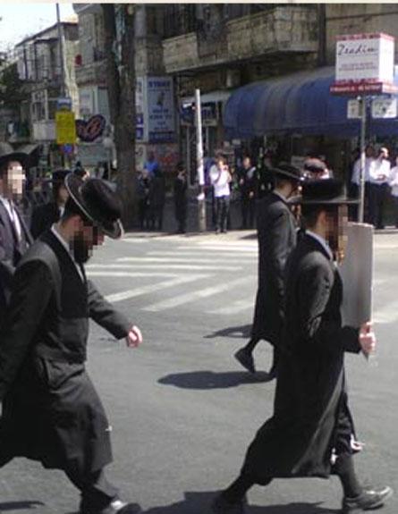 חרדים צועדים במהלך הצפירה (צילום: יואלי רייזנר, כיכר השבת)
