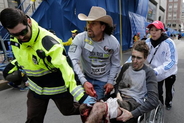 פינוי של ג'ף באומן הפצוע לבית החולים לאחר הפיגוע ב
