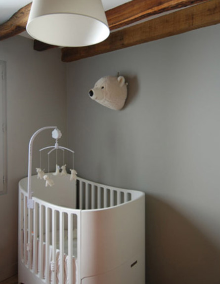 דירה בפריז,מיטת תינוק