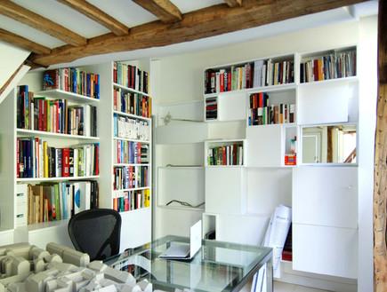 דירה בפריז, ספרייה