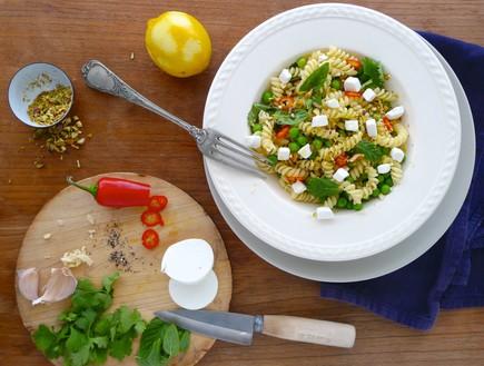 סלט פסטה עם אפונה ירוקה, עשבי תבלין ופרומעז (צילום: נעמי אבליוביץ', השף הלבן, תנובה)