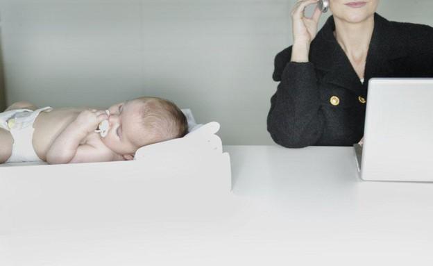 אמא קרייריסטית תינוק (צילום: ThinkStock, Getty images)