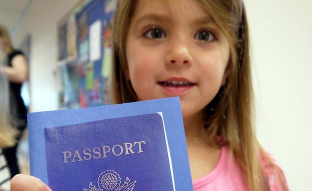 עלמה גל מחזיקה דרכון וירטואלי (צילום: תומר ושחר צלמים)