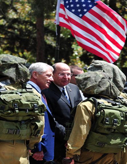 """צפו: הייגל מבקר את חיילי """"עוקץ"""" (צילום: אריאל חרמוני)"""