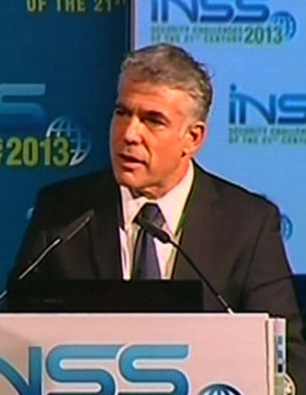 יאיר לפיד בכנס המכון למחקרי ביטחון לאומי, הערב (צילום: חדשות 2)