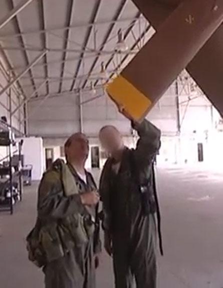"""מפקד חיה""""א אשל בודק את רוטור המסוק (צילום: חיל האוויר)"""