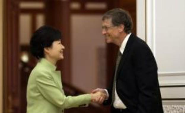 ביל גייטס לוחץ את ידה של נשיאת דרום קוריאה