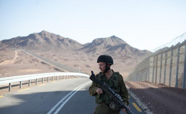 חייל בשמירה (צילום: דן ג'וספסון)