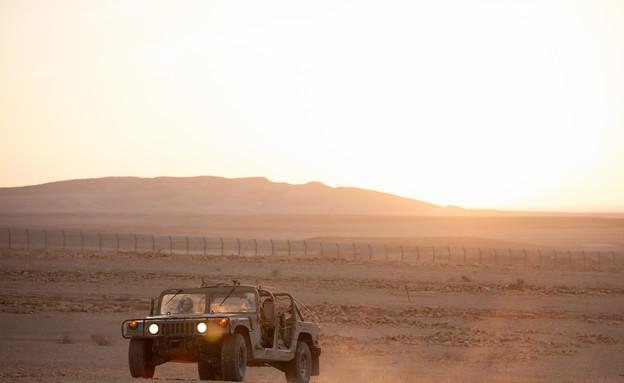 האמר נוסע בשטח (צילום: דן ג'וספסון)