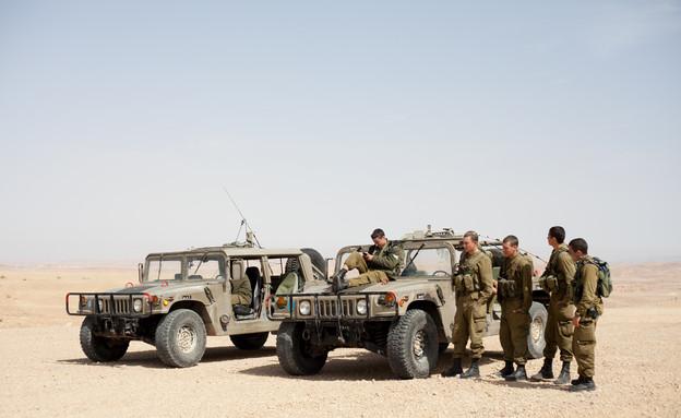 חיילים ליד רכבים צבאיים (צילום: דן ג'וספסון)
