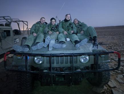 חיילים יושבים על האמר