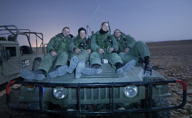 חיילים יושבים על האמר  (צילום: דן ג'וספסון)