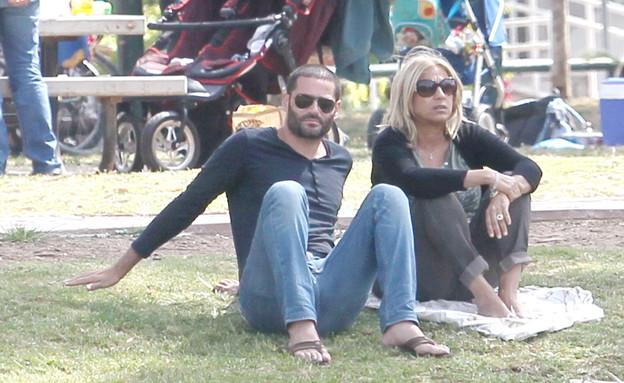 צבי פורטל ובחורה חדשה (צילום: רועי קסטרו)