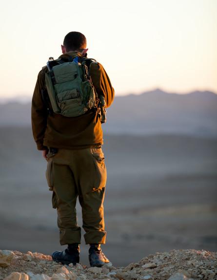 חייל בשטח  (צילום: דן ג'וספסון)