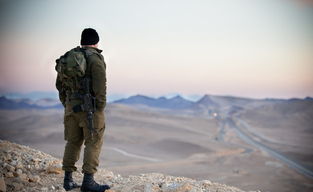 חייל בשטח אימונים  (צילום: דן ג'וספסון)