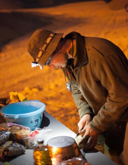 חייל מבשל  (צילום: דן ג'וספסון)